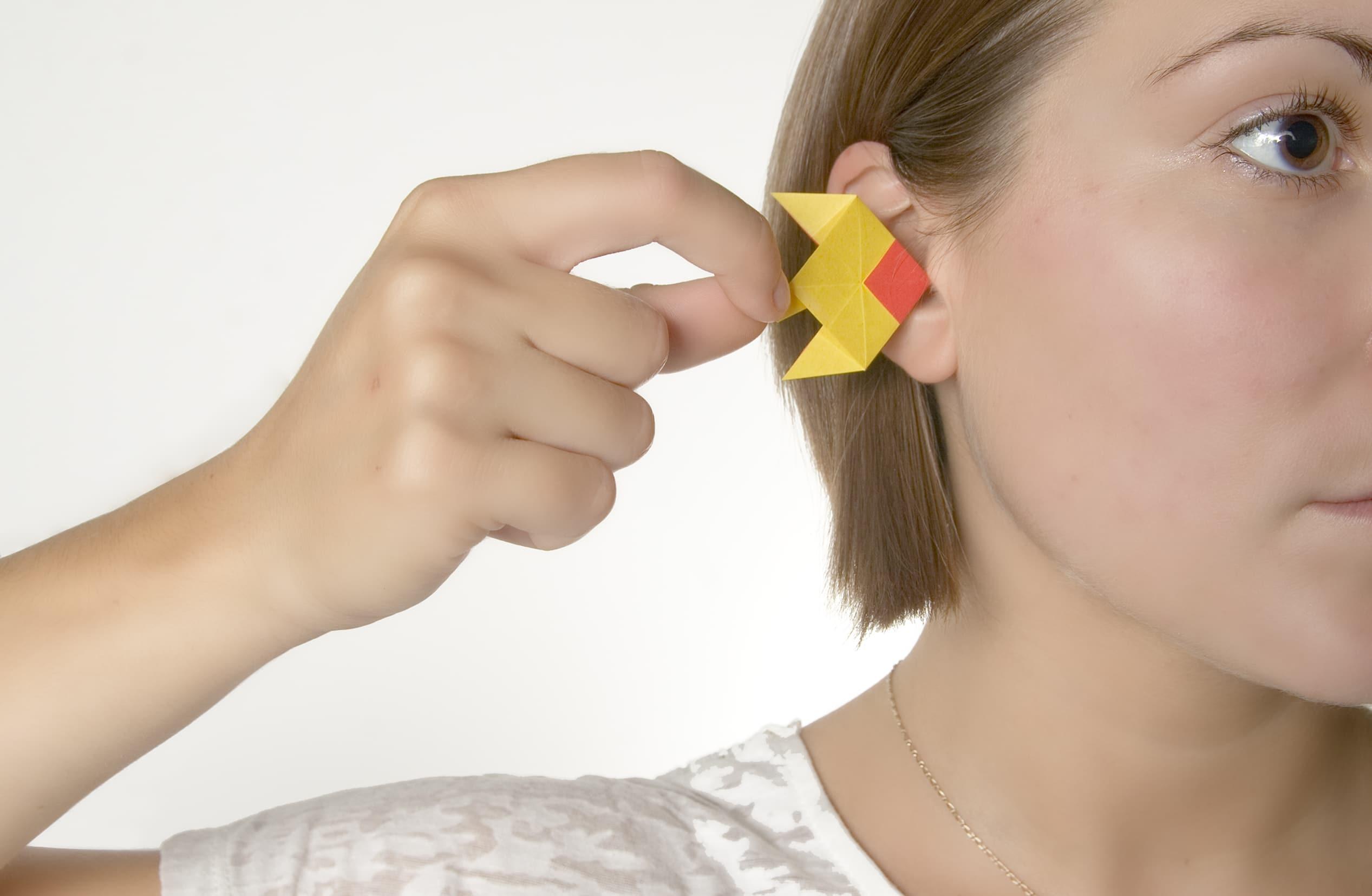 Poisson Babel : traducteur universel, 2012. Origami, photographie, carte postale. Dimensions variables. crédit photo: Basile Favretto