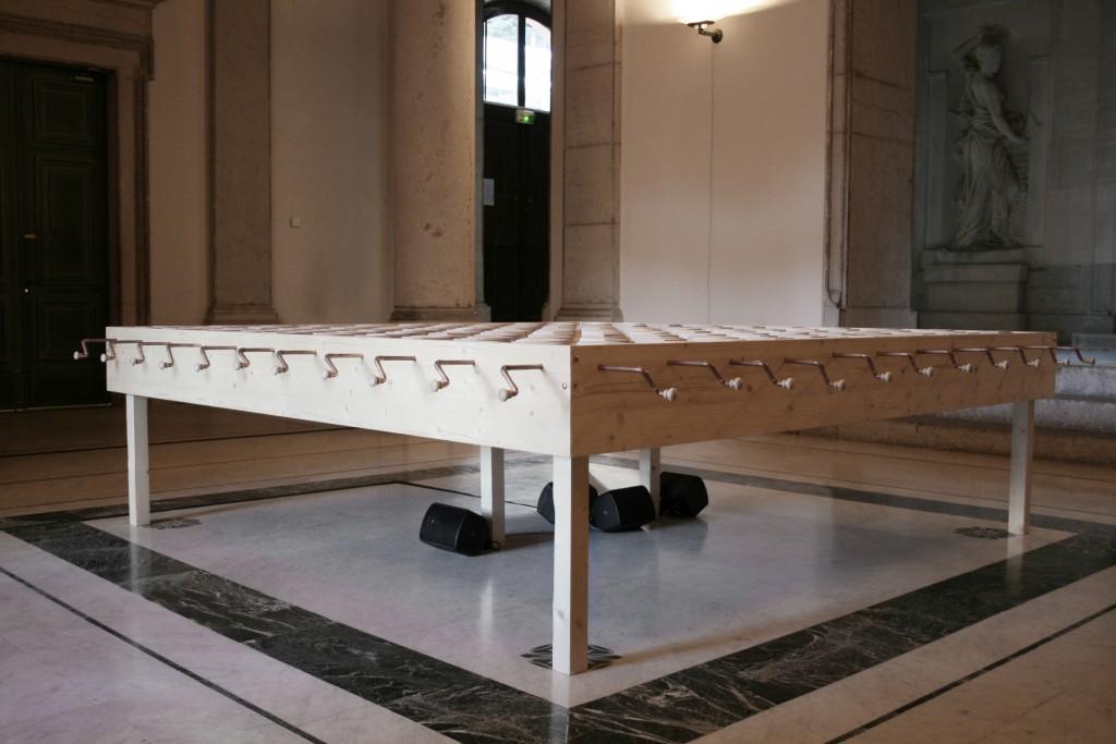 machine à composer des livres , vue d' ambiance, 2011. Sculpture, bois, cuivre. 2,70 x 2,70 m x 80 cm.